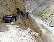 La expedición madrileña sufrió contratiempos en la pista que une Skardu y Askole a causa de derrumbamientos. - Foto: Expedición De Madrid al K2 2004