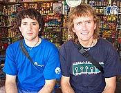 Alex Txikon e Iñaki Otxoa (dcha.) durante la marcha de aproximación al K2. - Foto: Lorpen /navarra8000.com