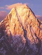 La perfecta pirámide que forma el Gasherbrum 4 (7.925 m), al atardecer. Sólo cuenta con cuatro ascensiones. - Foto: Al filo