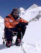 Carlos Pauner posa ante el Gasherbrum 2, su primer objetivo veraniego. Luego, si todo va bien, le seguirá el G1. - Foto: carlospauner.com