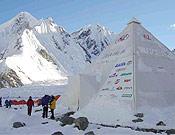 """""""Casa Italia"""", la macrotienda de la expedición transalpina en el campo base del K2. Capacidad para 50 personas, y 1.150 kilos de peso. - Foto: K2 Magic Line"""