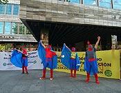 Peculiares superhéroes animaron la cadena humana que reclamó diálogo y moratoria uniendo las sedes de Ibercaja y el Gobierno de Aragón. - Foto: Plataforma en Defena de las Montañas