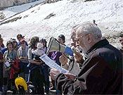 Eduardo Martínez de Pisón leyendo el Manifiesto por la Defensa de las Montañas de Aragón en el collado del Portalet. - Foto: Plataforma para la Defensa de las Montañas