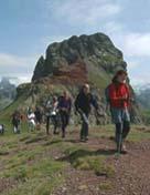 Ascenso a una de las cumbres de la travesía.<p> Foto: Plataforma en Defensa de las Montañas de Aragón.