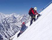 Carlos Soria (casco blanco) ascendiendo al Campo 2 en el Espolón Abruzzos (6.500 m). - Foto: Exp. De Madrid al K2