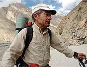 El alpinista abulense Carlos Soria, K2 a los 65 años (con oxígeno), durante la marcha de aproximación.  ~ Archivo Desnivel