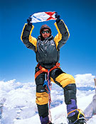 Chus Lago en la cima del Everest, tras su ascenso sin oxígeno. Una montaña muy especial para la alpinista gallega. Foto: Col. Chus Lago