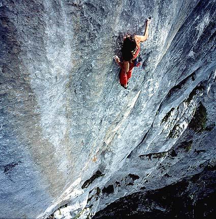 Josune luchando contra un plano totalmente vertical- Foto: Rikardo Otegui.