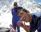 Manel afeitándose y de buen humor.- Foto: K2 Magic Line