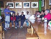 Mesa redonda en Urriellu. De pie Eduardo Rodríguez de Deus, coordinador del encuentro-centenario y de las restauraciones. - Foto: Eduardo Rodríguez