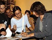 Catherine firmando pósters y ejemplares de su autobiografía Ascensiones (Ed. Desnivel). - Foto: Sergio Prieto