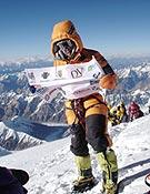 Edurne Pasaban en la cima del K2, lograda junto al equipo de Al filo de lo imposible. - Foto: edurnepasaban.net