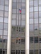 Alain Robert iniciando su escalada a la Torre Montparnasse el pasado 22 de septiembre. - Foto: alainrobert.com
