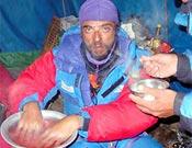 Carlos recibe las primera cura contra las congelaciones en el campo base del Kangchen. - Foto: carlospauner.com