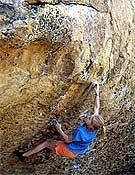 Cicada Jenerik sobre Morning Dove White, 7b de Happy Boulders, Bishop. - Foto: Col. C. Jenerik