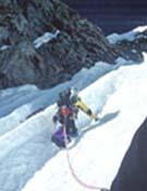 Uros Samec ascendiendo al Lhamu Peak. - Foto: Rok Blagus