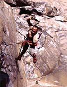 Adolfo Madinabeitia limpiando un largo en El Capitán (Yosemite) ~ Fuente: Colección Adolfo Madinabeitia