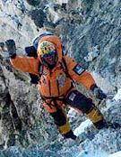 Simone Moro en el tramo de roca que conducía del C1 al C2 en la suroeste del Shisha Pangma. - Foto: simonemoro.com