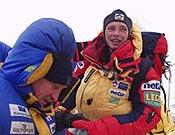 Marcin Kaczkan de regreso al campo base, junto a Wiellicki (izq.). </br>Foto: netia.pl
