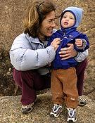 Lynn Hill con su hijo Owen en La Pedriza. ~ desnivelpress.com