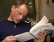 Remi Thivel hojeando la primera guía de Gavarnie. - Foto: Desnivelpress.com
