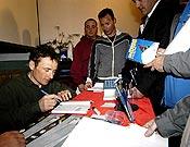 Lafaille firmando en la Librería Desnivel.~ desnivelpress.com