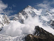 Un alud barre el espolón Sur-Sureste (Ruta Cesen) del K2, vía comprometida con la montaña muy cargada de nieve. Foto: Exp. Española K2 2002