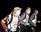 Carrera a pie en plena noche para el Buff Outdoor Team; en primer plano, la catalana Emma Roca. - Foto: buff.es