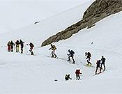 Hilera de esquiadores ascendiendo por la canal de San Luis, camino de La Padiorna.- Foto: Santiago Yaniz