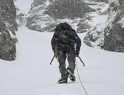 Un alpinista avanza con mal tiempo.- Foto: desnivelpress.com
