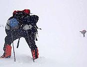 El italiano Romano Benet envuelto por la tormenta en el Dhaulagiri. Foto: navarra8000.com