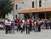 Protesta frente a la Casa de Interpretación del Parque Natural de Fuentes Carrionas por el proyecto de la estación de esquí de San Glorio.- Foto: Luis E. Cristóbal