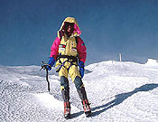 El italiano tras culminar una nueva variante a cima en el Kangchenjunga (2003), junto a sus compatriotas Silvio Mondinelli y Mario Merelli, y el aragonés Carlos Pauner. - Foto: christiankuntner.com