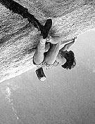Wolfgang Güllich realizando la primera sin cuerda en 1986. - Foto: H. Zak/Wolfgang Güllich. Una vida en la vertical (Ed. Desnivel).