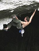 Un escalador en la cueva de Baltzola.- Foto: Asier Angulo