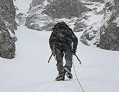 Un alpinista avanza con mal tiempo.<br> Foto: desnivelpress.com