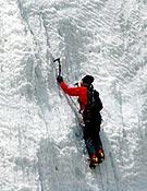 Steck en un tramo de hielo de la pared del Tawoche.<br>Col. Ueli Steck