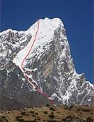 Una imagen del Tawoche, con la vía escalada en solo sobreimpresionada en rojo.<br>Foto: Col. Ueli Steck