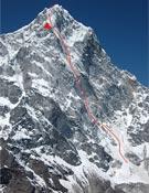 El Cholatse, con la vía ascendida sobreimpresionada en rojo.<br>Foto: Col. Ueli Steck
