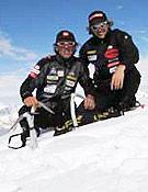 Moro y Ogwyn en la cima del Batokschi, poco antes del accidente.- Foto: Simone Moro