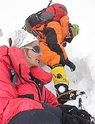 Edurne Pasabán (con mono naranja) y Marianne Chapuissat cerca de uno de los campos de altura.<br> correodigital.es