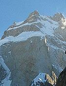 Una imagen del Ogro, con la cima principal en el centro y el pronunciado Pilar Sur a la derecha.- Foto: bbk.es