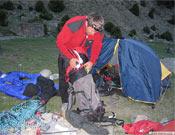 Tomaz Humar preparando el material para la ascensión.- Foto: humar.com