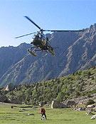 Momento en el que el helicóptero deposita a Tomaz Humar en el campo base.- Foto: humar.com