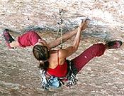 Mónica Martínez encadena un 8a sin nombre de Montserrat, dedicado a la memoria de la escaladora fallecida recientemente en dicha escuela, Eva Ibarrola. - Foto: Col. M. Martínez