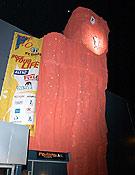El flamante muro de la prueba, diseñado y fijado para la ocasión sobre la fachada principal del Club Muntanyenc de Sant Cugat del Vallès. <br> David Munilla/Top 30