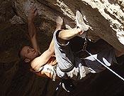 Tomas Mrázek entre las luces y sombras de la Cueva de Baltzola. - Foto: desnivelpress.com