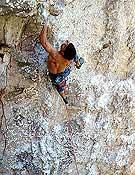 Luis Penín escalando In da house, 8b+ de Peñas Juntas, Asturias. Foto: Jorge R. Borrajo