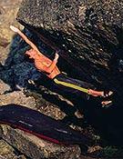 Bernd Zangerl en el salto clave de Memento. - Foto: B. Kammerlander