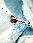 """Lynn Hill en el crucial """"Cambio de diedros"""" de la Nose. Año 1994, primera en libre y en el día de este clasicazo de El Capitán. <br> Foto: Heinz Zak"""